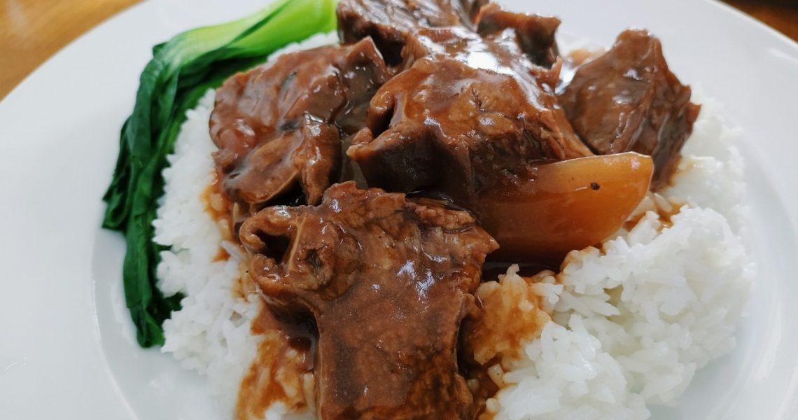 【越南平陽美食】軟嫩牛腩燴飯、滋補人蔘烏骨雞、真材實料雲吞麵,符合台人口味的廣粵小餐館|傻傻Sha Sha餐館